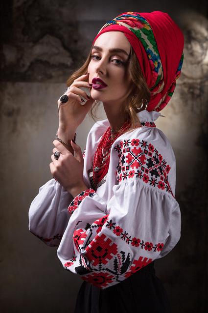Дизайнери вміло поєднують автентичні орнаменти з деталями сучасного крою та  втілюють їх в одязі 5bab877ad0739