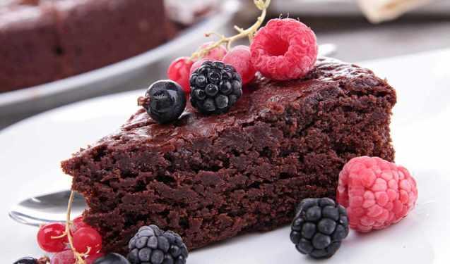 шоколадний торт з морозивом