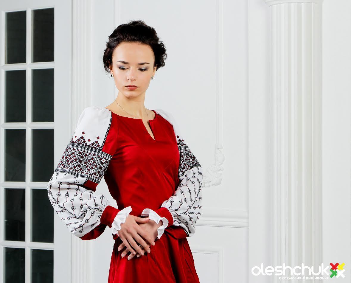 0175fdb89b0cd4 Асортимент дуже широкий: жіночі та чоловічі вишиванки, вишиті сукні, а  також весільні комплекти та українські костюми.