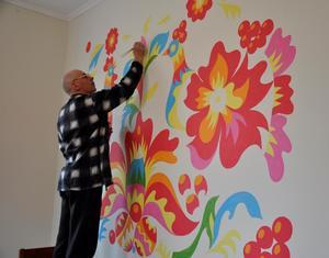 Благодійники прикрасили Самчиківським розписом будинок для самотніх людей в Київській області