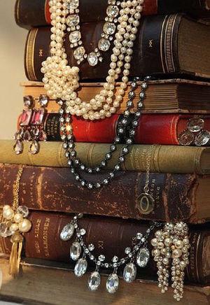 Скриня скарбів. 10 книжок про коштовності
