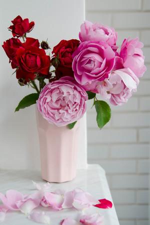 Чому чоловіки дарують жінкам квіти?