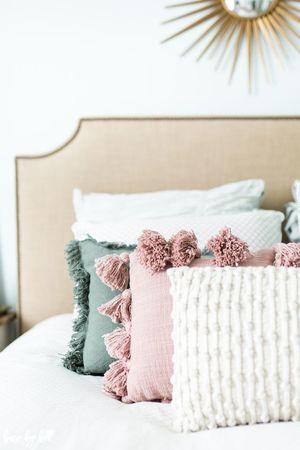 Види і форми декоративних подушок на диван