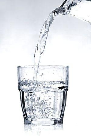 Скільки води потрібно пити в польоті? Поради медиків