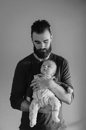 15 зворушливих фото дбайливих татусів і їх малюків