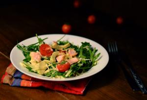 Салат с лососем и сыром чеддер